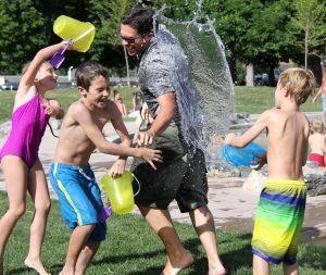 jeu d'eau en famille