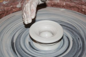 main et tour à poterie